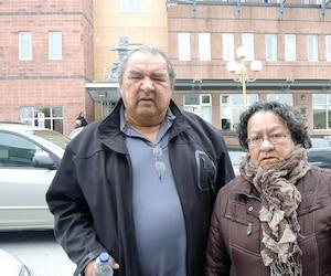 Les parents de Sindy Ruperthouse, Johnny Wilde et Émilie Ruperthouse, trouvent que l'enquête sur le meurtre de leur fille n'avance pas assez vite.