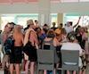 Les problèmes de la ligne aérienne Cubana, dont un avion s'est écrasé vendredi, ont des répercussions importantes pour plusieurs touristes québécois qui sont coincés à Cayo Largo depuis l'accident. On en voit ici en réunion dans le lobby de leur hôtel, alors qu'ils tentaient de savoir à quel moment ils pourraient décoller.