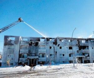 L'immeuble de 16 logements de la rue Toulouse, à Longueuil, est considéré comme une perte totale. Plusieurs heures après l'incendie, les pompiers étaient toujours en train d'éteindre les dernières flammes restantes.