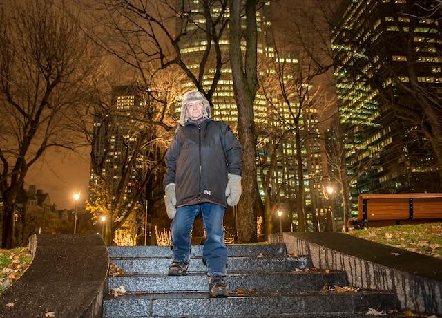 Incapable de se trouver un endroit au sec pour dormir jeudi, Claude Paradis a marché toute la nuit pour se réchauffer.