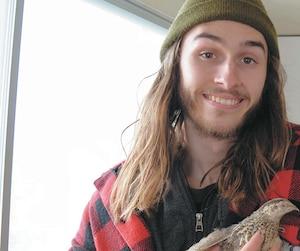Lors d'un récent passage à Saint-Hyacinthe, Gabriel Luneau a pris le temps de serrer contre lui cette jeune volaille.