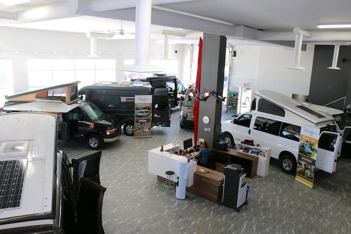 Dans la salle d'exposition du nouvel édifice de New-West, il est possible de voir jusqu'à huit véhicules représentant les différents produits de la gamme.