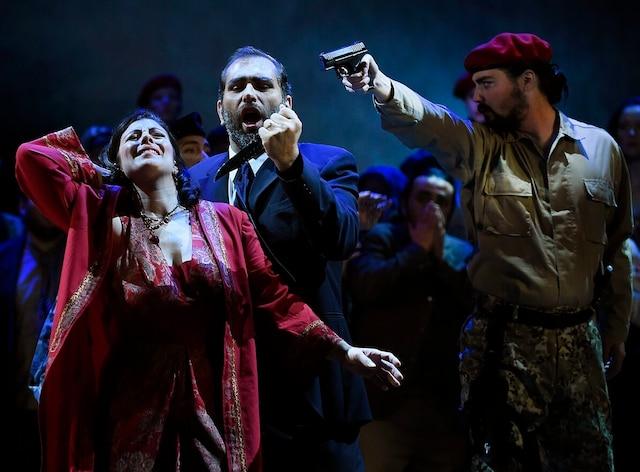 Zaccaria, le grand prêtre de Jérusalem, interprété par Giovanni Battista Parodi, menace d'assassiner Fenena (Geneviève Lévesque), fille de Nabucco, qu'il détient en otage.