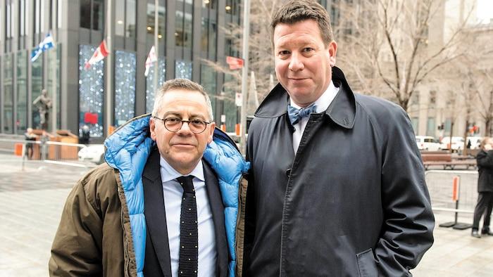 Hubert Bolduc (à droite) se rendant aux funérailles de Bernard Landry en compagnie de l'ancien ministre Gilles Baril.