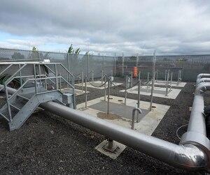 Les 32 puits qui pompent l'eau souterraine sont reliés à cette station de pompage qui la décontamine avant de la retourner au fleuve.