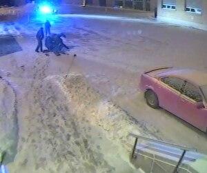 Sur les images de la caméra du cégep de Trois-Rivières, qui ont fait le tour du monde, on voit Alexis Vadeboncoeur, allongé, se faire frapper par quatre policiers.