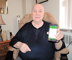 Mgr Gilles Tremblay, âgé de 82 ans, était content d'avoir son cellulaire sur lui lors de son séjour à l'Hôpital Maisonneuve-Rosemont, où il a été admis pour un infarctus et une pneumonie, le week-end dernier. Il était de retour à sa résidence pour aînés de Pointe-aux-Trembles, hier.