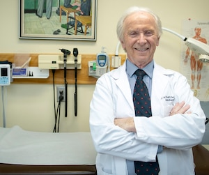 Médecin depuis 51ans à Laval, Dr Alban Perrier n'a aucun plan de retraite en tête.