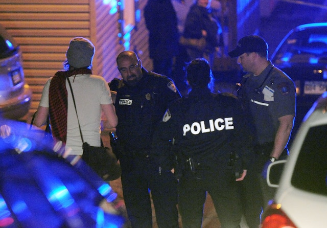 Un drame c'est produit au 15 rue Foisy à Lévis jeudi le 3 Mai 2012 près de Québec. Un enfant serait mort par arme à feu. Ici, le pere de l enfant decede avec les policiers.SIMON CLARK/JOURNAL DE QUEBEC/AGENCE QMI