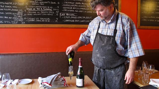 Le chef propriétaire du restaurant Gus, David Ferguson, incite ses clients à apporter des bas neufs pour les remettre à des sans-abri. En échange, il leur offre un verre de bulles.