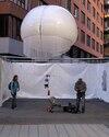 Patrick Fernandez utilise un ballon captif, sous lequel est fixé un appareil photo, pour réaliser des photographies aériennes de villes, d'usines ou d'immeubles.