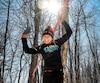 Les participants doivent franchir différents obstacles, comme des murs, des anneaux, des slacklines, des cordages, en plus de gérer le défi supplémentaire de la course dans des conditions hivernales.