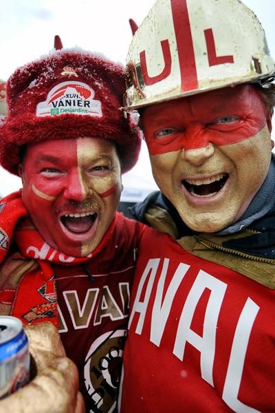 Des partisans du Rouge et Or affichent leur couleurs lors du tailgate de la Coupe Vanier.
