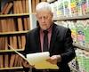 Me Luc Malouin jette un coup d'œil à l'un des nombreux dossiers produits chaque année par l'équipe du Bureau du coroner.