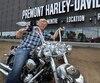 Laurent Prémont devant son magasin de Québec avec une moto aux couleurs du défunt chanteur français Johnny Hallyday.