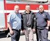 Stéphane Chartrand, président du syndicat des pompiers de Sainte-Thérèse, Sylvain Gravel, président du syndicat des pompiers de Blainville, et Marc Lizotte, représentant du comité santé et sécurité au travail des pompiers de Blainville, ont posé lundi devant la caserne de Blainville.