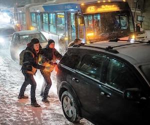 Mardi soir, à Montréal, plusieurs véhicules n'arrivaient pas à monter la côte de la rue Jeanne-Mance à la suite de l'accumulation rapide de neige sur la chaussée.