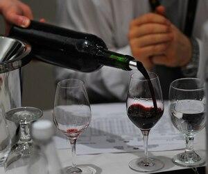 Les vignerons et les producteurs artisanaux du Québec pourront vendre leurs produits directement dans les épiceries et les restaurants sans passer par la SAQ ou son réseau de distribution.