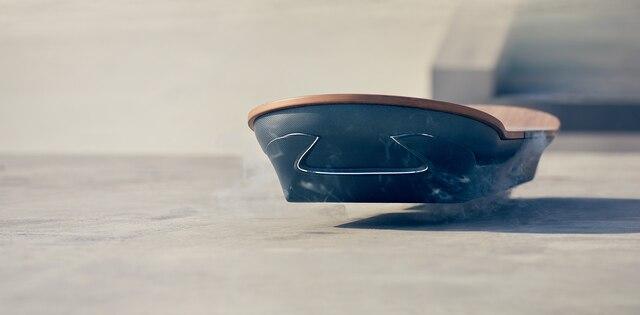 «L'Hoverboard de Lexus utilise la lévitation magnétique pour créer mouvement sans friction. La combinaison de supraconducteurs refroidis à l'azote et d'aimants permanents nous permet de créer l'impossible.»