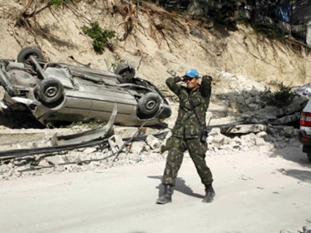 PORT-AU-PRINCE  Un soldat de la force de maintien de la paix de lONU, marche à travers la zone dévastée, nen croyant pas ses yeux du séisme qui vient de frapper cette nation des Caraïbes.