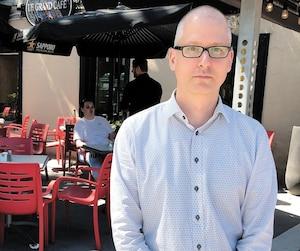 Christopher Chouinard, propriétaire du Grand Café, sur Grande Allée, placardera son commerce, craignant de la casse de la part des manifestantsanti-G7.