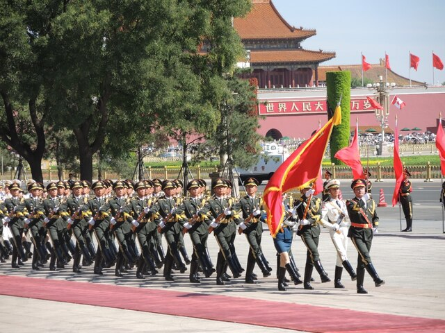 Des militaires chinois près du Grand palais du peuple.