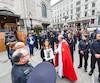 Les policiers du SPVQ présents pour la cérémonie ont fait une haie d'honneur pour encadrer la famille et l'urne funéraire de la défunte. C'est son frère, Michael Pitre, qui portait ses cendres à la sortie de l'église.