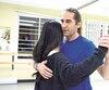 Rémy Vézina, qui travaille comme électricien à temps plein, donne des cours de danse de tango et de salsa le soir.