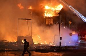 Le bâtiment en construction, dans lequel l'incendie a débuté, a été complètement réduit en cendres.