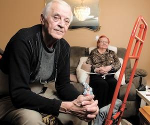 Chaque fois qu'André Bouchard, 80 ans, veut aider son épouse Claudette Zampini à se déplacer dans l'appartement ou pour aller à la salle de bains, il doit l'installer sur un chariot adapté rouge et attacher un harnais. Atteinte de la maladie de Parkinson, elle ne marche plus.