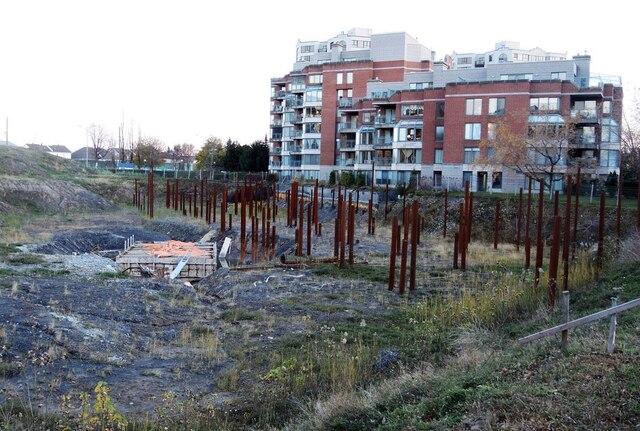 C'est sur ce terrain donnant sur le fleuve Saint-Laurent que devait être érigée une tour de prestige de 14 étages.