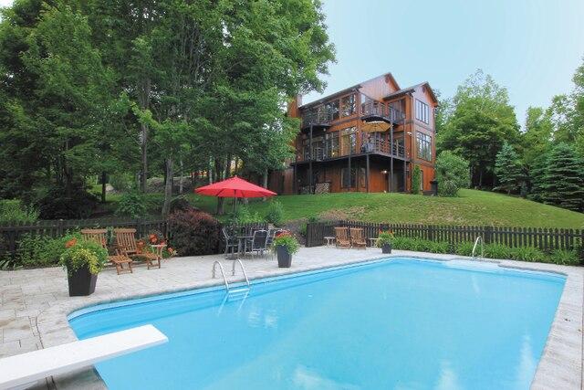 La résidence construite sur trois étages est ceinturée d'arbres matures appréciés pour l'intimité et le tableau vivant qui se métamorphose au gré des saisons.