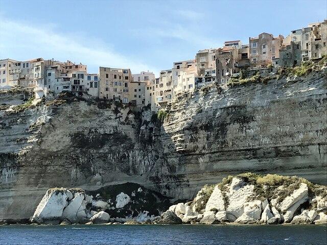Bonifacio et ses petites maisons frileusement serrées  les unes contre les autres, en Corse.