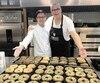François Joyet (à droite), de la Boulangerie Chef Frankie, a déjà exporté plus de 45 000 kg de bagels en Chine et au Japon depuis septembre. On le voit ici avec le chef exécutif de son partenaire chinois, qui a insufflé une touche asiatique à ses produits.