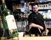 Le propriétaire du Bistro St-Malo, Philippe Racine, photographié dans son établissement de la rue Saint-Paul, à Québec, a récemment dû combattre la désuétude et la complexité du système d'octroi de permis à la Régie des alcools, des courses et des jeux (RACJ).