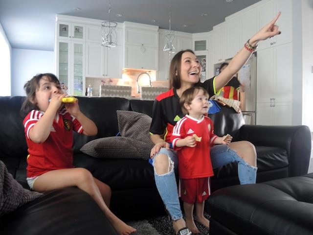 Diana Ciman a vécu le premier match de son mari à l'Euro en compagnie de ses deux enfants Nina (6 ans) et Achille (2 ans).