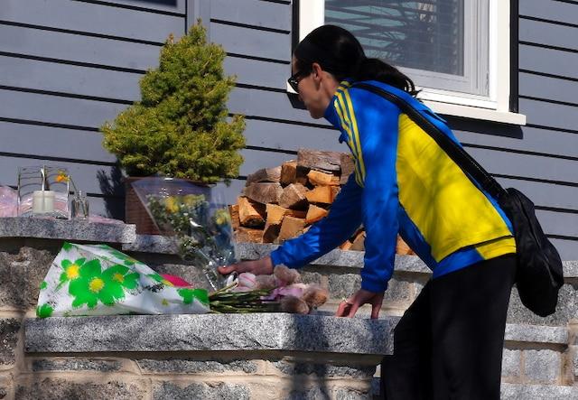 Spontanément, des voisins de la famille Richard sont venus se recueillir et honorer la mémoire de Martin, 8 ans, devant la résidence familiale, dans la banlieue de Dorchester, au sud de Boston.