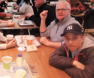 Nathalie Gravel (chandail rayé) et son neveu Alexis Brisson (en face) ont partagé leur table avec Jacqueline Latulippe et Pierre Brunelle, un couple de Mascouche qu'ils ne connaissaient pas, afin de luncher aux Galeries Rive-Nord de Repentigny durant la panne chez eux.