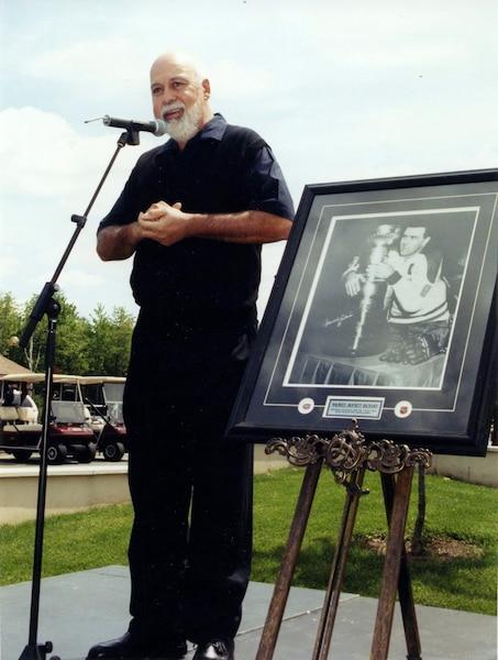 René Angelil rend hommage à Maurice Richard. 02 juin 2000 PHOTO ANDRE VIAU / LES ARCHIVES / LE JOURNAL DE MONTREAL