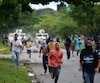 Des activistes anti-Maduro fuient devant la Garde Nationale.
