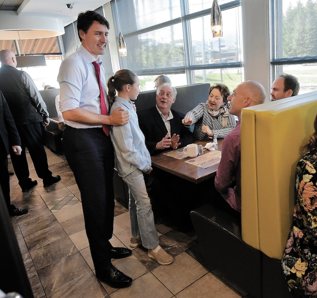 Le chef du Parti libéral du Canada, Justin Trudeau, lors d'une rencontre avec des familles dans un restaurant de la région de Québec, vendredi.