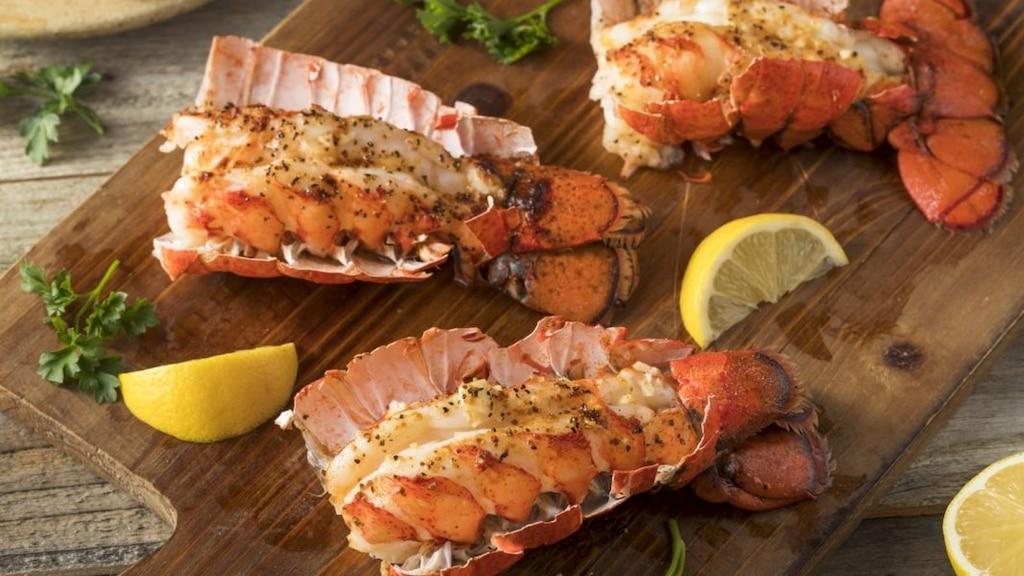 Satay de homard, lime et coriandre