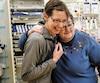 Denise Gingras, à droite, est en compagnie de celle qui l'a sauvée, Marylène Gignac, préposée aux bénéficiaires. Elles se trouvent dans la salle où M<sup>me</sup>Gingras a repris vie, à l'hôpital de l'Enfant-Jésus, à Québec.