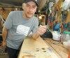 Luc Gagnon travaille dans son atelier situé dans son garage, à Trois-Rivières.