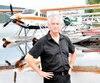 Legestionnaire des opérations d'Air Saguenay, Jean Tremblay, posant devant deux hydravions de l'entreprise -un De Havilland Otter et un De Havilland Beaver- au lac Sébastien, la base principale, à Saint-David-de-Falardeau.