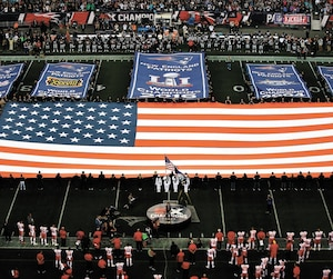 Les cinq bannières du Super Bowl au Gillette Stadium font des Patriots une cible de choix chez les partisans et joueurs des autres équipes. Le quart-arrière Tom Brady (à gauche), qui s'est entraîné avec ses coéquipiers hier, en est le premier concerné.