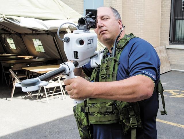Cet appareil similaire à une arme est un ensemble de capteurs permettant de recevoir et de transmettre des informations cryptées en temps réel.