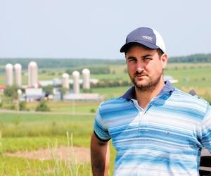 Frédéric Marcoux exploite une ferme laitière à Sainte-Marguerite, dans la région de Chaudière-Appalaches, fondée par son arrière-grand-père. Son plus grand rêve est de transmettre cet héritage à ses filles, dont Abygail et Livia, qui ont commencé la maternelle hier.