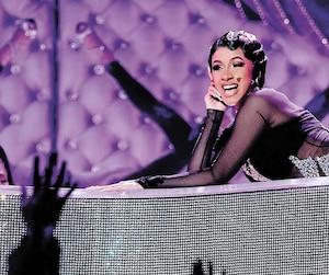 CardiB est devenue la première chanteuse solo de l'histoire des Grammy à remporter le trophée du meilleur album rap. Elle donnerason premier concert au Québec, en mai prochain.