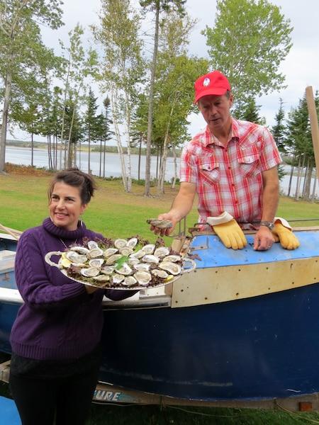 John et Jackie proposent de nombreux plateaux d'huîtres à leurs invités.
